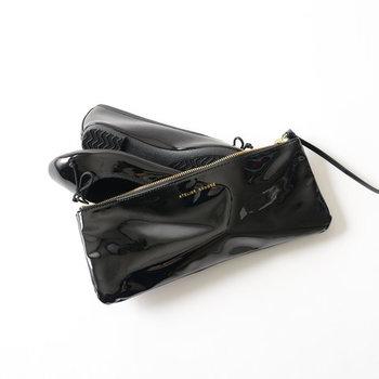 なんと、バッグに気兼ねなく忍び込ませておける専用ポーチ付き!雨が降りそうな日の持ち歩きにとっても便利です。