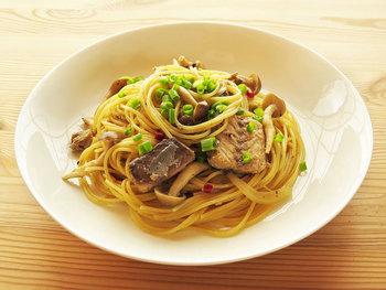 キノコや野菜がたっぷりのダイエットにも最適なパスタレシピ。「サバ缶」は汁ごと使います。旨みがたっぷりなので、味付けは少しの醤油と塩コショウで十分満足できる仕上がりに。簡単に作れるのでランチメニューにもぴったりです。