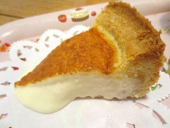 こちらがとろけるチーズケーキ。切り分けた瞬間から形が崩れてしまうな柔らかさです。サクサクのクッキー生地との相性は抜群。