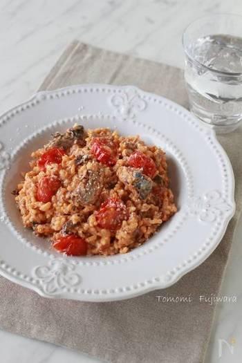 「サバの水煮缶」とトマトやケチャップ、牛乳でパパっと作れるリゾット。時間がなくてパパっと作って食べたい時にも最適です。フライパンに材料を入れて混ぜ、火にかけるだけ。「水煮缶」は旨みたっぷりなので汁ごと使います。