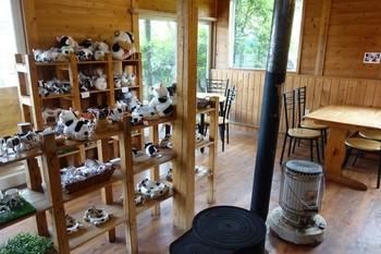 店内は木がふんだんに用いられ、牧場の売店のよう。置かれたストーブが高原らしいです。