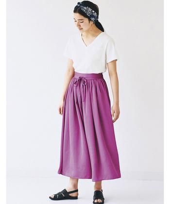 ロングスカートのように見えるボトムは、実はワイドパンツ。たっぷりのギャザーと布量で、ボリューム感が可愛い!脚の形が気になっている方にもおすすめのデザインです。パープル寄りの濃いめピンクは、大人女性にぴったりのカラー。他のアイテムはシンプルにまとめるのと、すっきり&パンツが主役のコーデになります。
