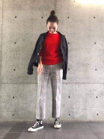 ジャストサイズの黒デニムジャケットは、カジュアルながらも上品な印象を与えるので、オフィスカジュアルにも◎シンプルニットやグレンチェックパンツなど、キレイめアイテムでまとめた大人っぽい着こなしです。