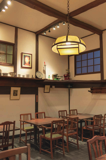 カフェレストランになっている場所は、かつての次郎さんの工作室と子ども部屋で、蚕部屋と呼ばれていたところ。現在ミュージアムになっている母屋は、養蚕農家のおうちだったそうです。ミュージアムだけでなくカフェレストラン内にも、白洲邸に相応しい美しいコレクションが並びます。