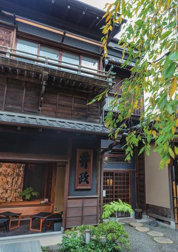 JR線・東京メトロ線の御茶ノ水駅より徒歩約5分、神田神宮のお隣にある宮本公園内にある「CAFE IMASA」。外壁が黒いのは、防火性の高い江戸黒漆喰を塗っているのだとか。江戸の文化や日常を今に残す、貴重な建物です。