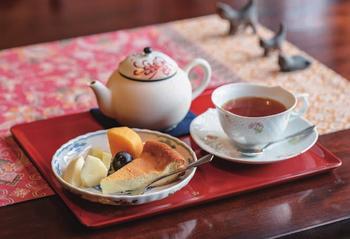 現在の当主・小机篤さん手作りのチーズケーキと、奥様が淹れてくれた紅茶は絶品。和洋折衷の雰囲気ながら落ち着く空間で、ゆったりと贅沢な時間を過ごせます。