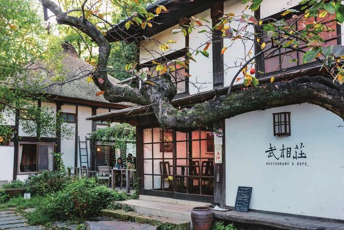「旧白洲邸 武相荘」は、その名のとおり旧白洲邸、白洲次郎・正子夫妻がかつて暮らしていた古民家です。夫妻の亡き後、リノベーションが行われ、2001年にミュージアムとして一般公開、そしてさらなる改装がされて2014年からはカフェレストランがオープンしました。小田急線の鶴川駅より徒歩約15分のところにあります。