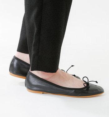 フロントには少し⼤きめの紐リボンがそっとあしらわれていま す。 履き⼝にぐるりと囲って付けられたパイピングは、デザイン性 だけでなく、靴擦れ防⽌にもさりげなく役⽴ってくれます。
