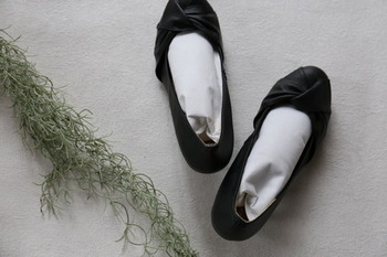 シューキーパー代わりに、竹炭が入った袋を靴の中に入れておけば、除湿と消臭ができます。