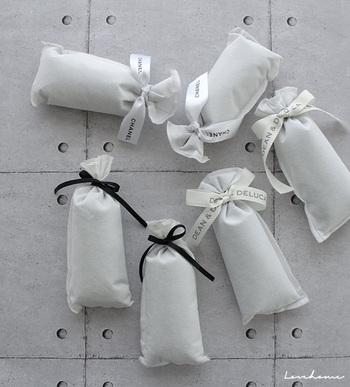 布などに包んで、タンスや押入れに入れましょう。除湿、防カビの効果があります。リボンを結んでサシェのようにすると可愛いですよ。