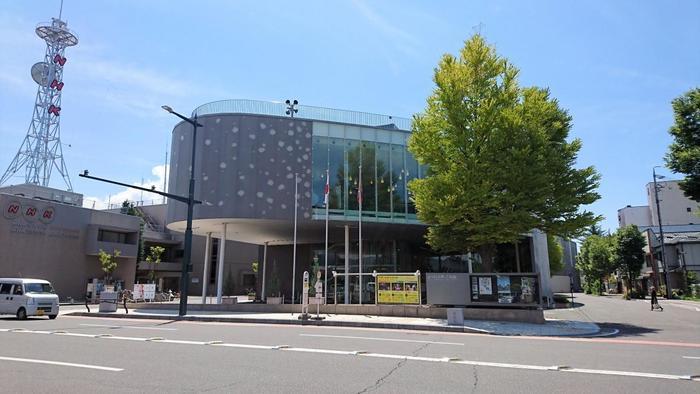 「まつもと市民芸術館」は、公共建築の設計で有名な伊東豊雄氏設計の建物。伊東氏は、プリツカー賞をはじめ、数々の建築界の賞を受賞していますが、幼少期は長野県・諏訪で育ったそうです。  実は、東京の「TOD`S」(表参道)、「ミキモト」(銀座)といったビルも、伊東豊雄氏が手掛けたもの。外壁に模様のようにガラスを取り入れるところなど、作風の共通点が感じられます。