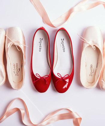 バレエシューズと言えばレペット。それほど有名で人気のあるバレエシューズは、シンプルでありながら、足にフィットする履き心地のよさが魅力。また、素材感やパイピング、リボンの仕立てなど細部にも美へのこだわりが感じられます。