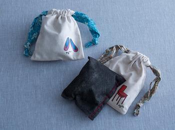 好みの巾着に入れて、クローゼットに吊るしておくのもおすすめです。おしゃれに湿気や消臭対策をしましょう。