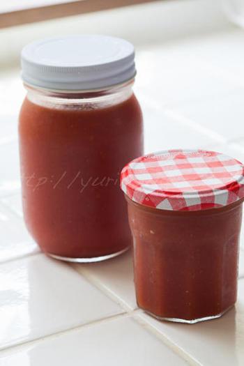 生のトマトをたっぷり使ったホームメイドのケチャップ。玉ねぎのすりおろしなども使って、じっくりと煮詰めていきます。冷凍もできるそうです。