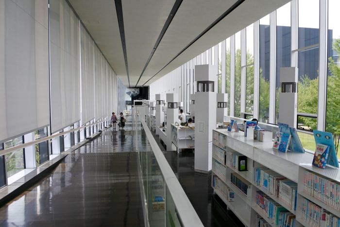 スロープ部分に併設されているのは、図書スペース。デスクやソファも充実しているので、電車の待ち時間や、読書の時間に、思わず長居してしまいそうな空間です。 本棚の高さは、子供でも手が届くように低く設定されているだけでなく、スロープを歩く人の視線が、図書スペース越しに、中庭へ抜けるようにする効果も。空間の開放感を生み出す作り手の計らいが感じられますね。