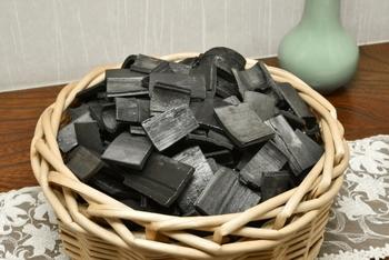 竹炭をカゴなどに入れて、リビングに置きます。竹炭には空気中の物質を吸着する効果があるので、部屋の空気をキレイにしてくれるんです。