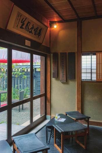 この歴史ある建物は、1927年に現在の内神田に建てられ、1964年の東京オリンピックをきっかけに府中に移設、その後、千代田区の有形文化財となりこの地に戻ってきたのだそう。時代に影響を受けながらも、大切に残されてきた建築作品でもあるのです。庭先と1階の一部がカフェとして公開されていますが、予約をすれば茶室や2階の和室を見学することができます。