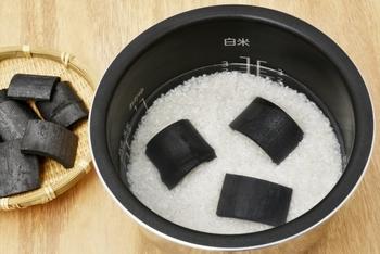米びつに竹炭を入れておくと、防虫・除湿に効果があります。お米を炊くときに竹炭を入れるのもおすすめです。ふっくらと美味しく炊き上がりますよ。
