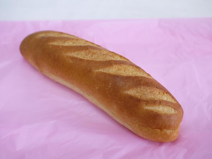 こちらのミルクフランスは、フランス生地にバターとコンデンスミルクでつくったクリームをサンドしています。常温でもおいしいので、食べ歩きにもぴったり!