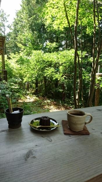 緑に囲まれながら、益子焼の素敵な器でいただくコーヒーは美味しいこと間違いなしです。