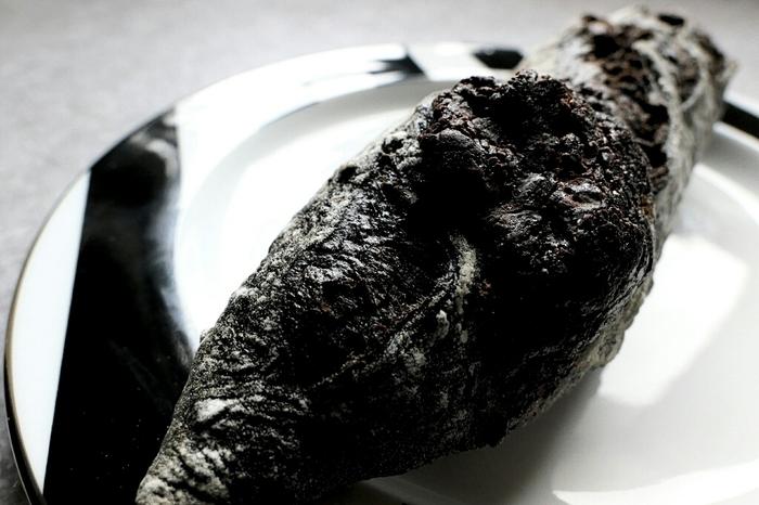 こちらは、ショコラバゲット。ブラックカカオとカカオニブが入っているんだとか。見た目からは味の想像がつかないけれど、ミルキーな味わいが楽しめるそうです。