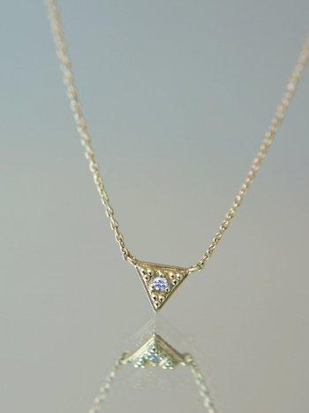 紀元前の古代国家エトルリアが誇る粒金技術(グラニュエーション)を再現したデザインに、小さなダイヤモンドを嵌め込んだネックレスです。小さ過ぎないサイズのモチーフが上品に煌めき、ネックラインをよりエレガントに見せてくれます。