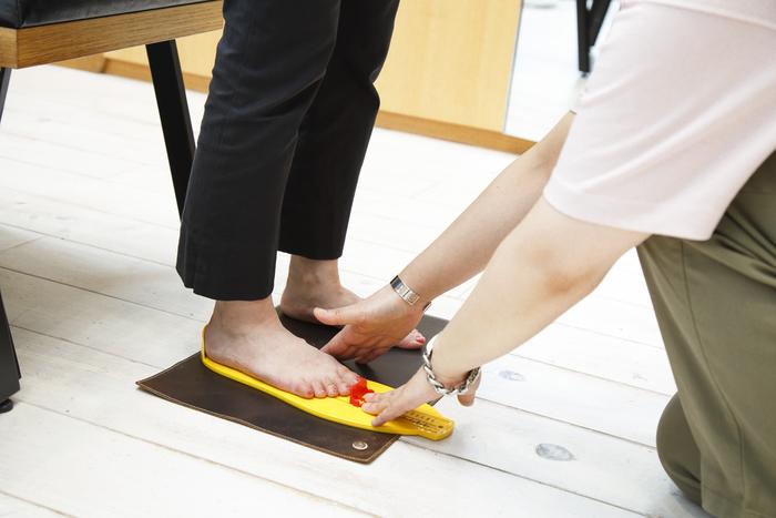 「ビルケンシュトック」のサンダルはサイズが大事。はじめて購入するという方は、一度店舗でフィッテングすることをおすすめします。店舗スタッフが、一人ひとり丁寧に計測し、履いたときのポイントを教えてくれるので、自分にあったサイズをちゃんと選ぶことができます。是非、お店で極上の履き心地を体感してみて!