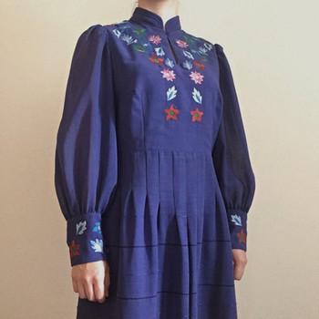 鮮やかなブルーに、カラフルな刺繍が素敵なワンピース。凝ったディテールに、日本人の私たちにフィットしそうなサイズ感が嬉しいですね。
