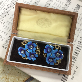 """コスチュームジュエリーブランド""""AVON""""のヴィンテージ。ブルーの花びらとガラスが美しいものの、シンプルなデニムスタイルのアクセントとしても使えそう。"""