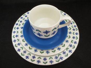 1968年にデザインされたミッドウィンター社の「Roselle」シリーズのカップ&ソーサーとお皿のセット。重ねたところも素敵です。