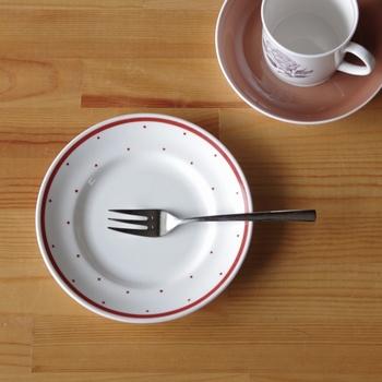イギリスの「かわいい」の代名詞のようなスージークーパーのお皿。1960年代頃に作られていて、ドット柄は手書き風。ケーキや果物を乗せて、ティータイムに使ってみたいですね。