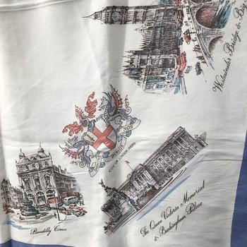ロンドンの主要な建物がプリントされたスカーフ。1950年代のヴィンテージ。当時はお土産用の品だったのかもしれませんが、今では落ち着いた風合いに。