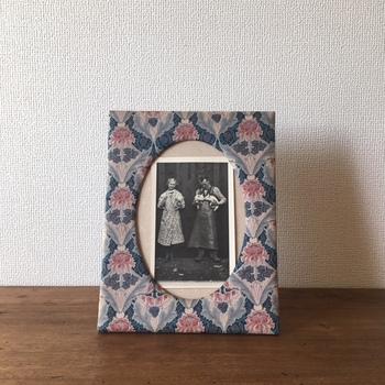 1960年代に作られた、リバティーの写真たて。飾る写真もヴィンテージ風がお似合い。