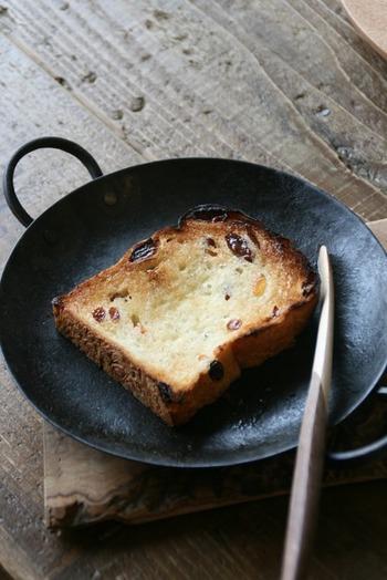 レーズンとオレンジのパンドミは、持ち帰って翌朝に軽くトースト。バターを塗って食べてもとってもおいしそう!他にはないパンドミがあるのがうれしいですね。