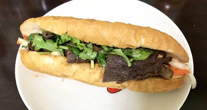 牛スジ焼肉のバインミーにはパクチーがたっぷり!エスニック好きにはたまらないですね。野菜もたっぷり食べられるのが、バインミーのいいところです。