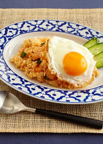 スイートチリソースやナンプラーなどエスニック調味料を使ったナシゴレン風の炒めご飯。他のエスニック料理と組み合わせて、おもてなしにいかがですか?