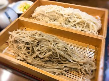 信州の美味しい伝統といえば、そばです。善光寺山門から歩いて数分の距離にある「十割そば 大善」は、のど越しの良い手打ちそばが良心的な価格で食べられる店。食通も家族連れも大満足できる間違いのない一軒です! 「八幡屋礒五郎」の七味唐辛子も添えられているので、一緒に試してみては。