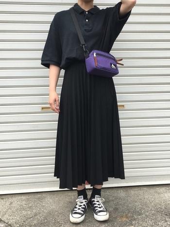全体を黒でシックにまとめた、ポロシャツ×プリーツスカートのトラッドスタイル。トップスを少し大きめにすることで今っぽい着こなしになりますね。