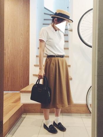 白のポロシャツを合わせた、爽やかなトラッドスタイル。 革靴とバッグ、ベルトできっちり感も演出。  カンカン帽は、もともとは男性の正装として認められただけあって上品な雰囲気。夏のトラッドスタイルにぴったりです。