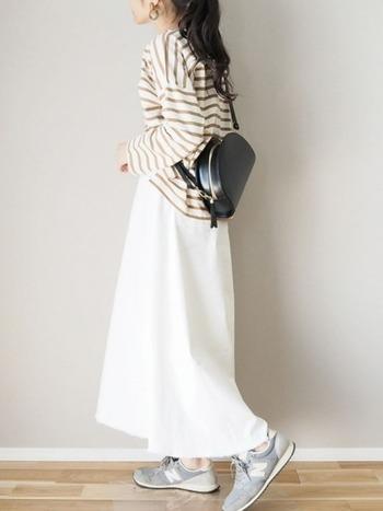 「ホワイト」のデニムスカートは、おしゃれ度があがる便利アイテム。ボーダートップスと合わせることで爽やかさアップの大人コーデです。
