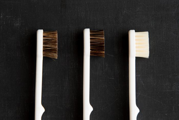 江戸刷毛の専門店として開業した老舗が作る歯ブラシは天然毛。密に埋め込まれた毛が、細かな隙間の汚れを落してくれます。摩耗するものの、一般的な歯ブラシより長持ちするのも特徴です。