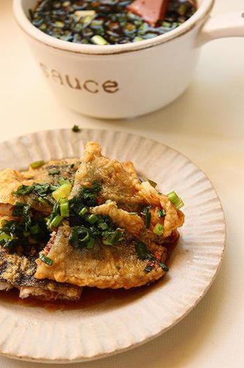 解凍したサンマを揚げて、ごま油と米酢を合わせたれに漬け込みます。ご飯の上に載せて丼にしても◎