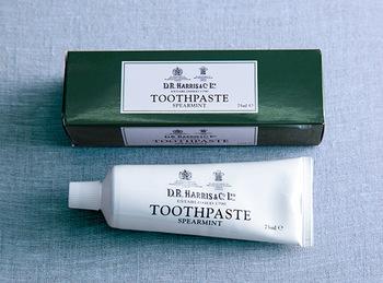 高級感あるパッケージの歯磨き粉は、英国王室御用達のブランドです。スペアミントの香りが爽やかな歯磨き粉です。
