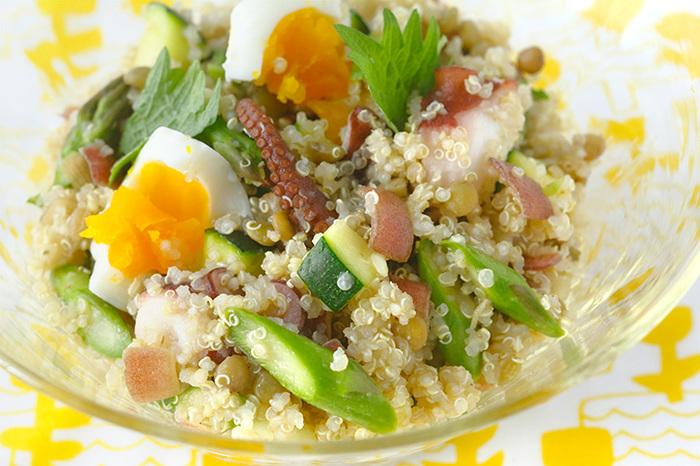 体の内側からキレイにしてくれる話題の食材キヌアを使った具沢山のサラダ。プチプチ食感がクセになりますよ。