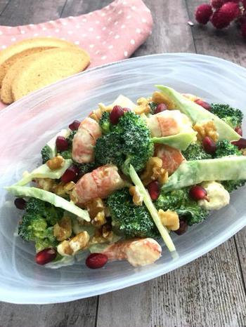 食べ応えのあるブロッコリーとエビのデリ風サラダ。ブロッコリーの茎はとっても栄養価が高いんですよ。栄養満点のサラダです。