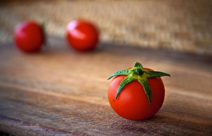 赤い食材はお弁当の隙間埋めの印象が強かったプチトマトを始め、紫キャベツなどがあります。プチトマトも少しの工夫で立派な主役のおかずになります。黄色食材は、ニンジンやパプリカ、カボチャなど。