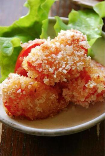ニンニクと塩麹で味をつけたトマトをフライに!トマトの新しいアイデアレシピです。