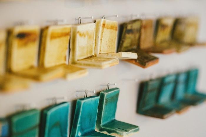 L字型なのは釉薬が流れて溜まったときにどんな色になるのか見るため。もとは青い釉薬も、のりかたによってグリーンがかった色になることも