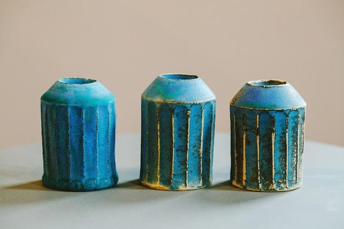 同じ土、釉薬で作った花器。釉薬の濃度、窯に入れたときの熱源との距離など、微妙な違いでこんなにも違う色に