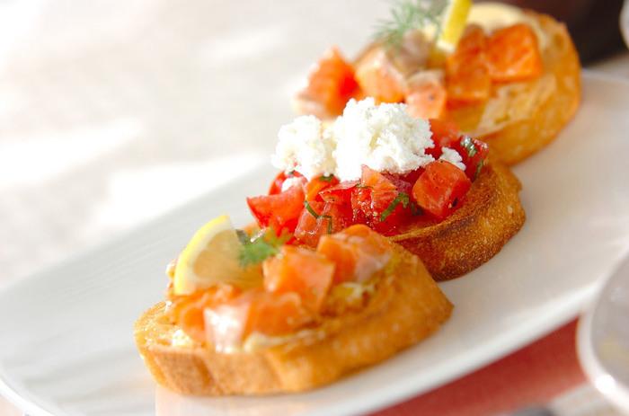 冷凍してもおいしさが変わらない魚・サーモン。前出のように漬けにしてもおいしいけれど、余ったらすかさず冷凍して、次の週末ごはんに備えても♪トマトやカッテージチーズと合わせてカナッペに変身させた例です。